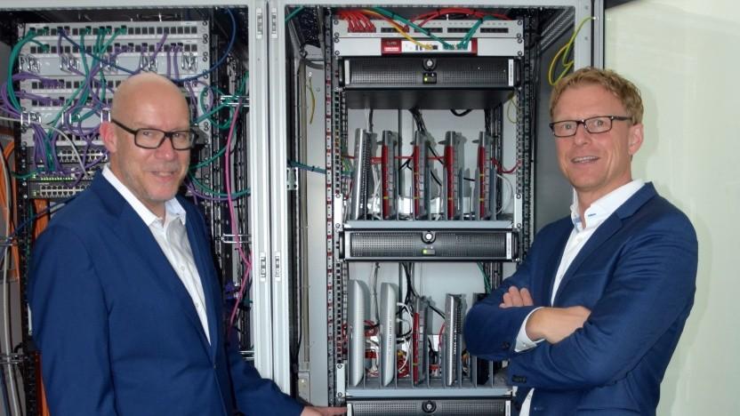Rack mit Mess-Systemen und Endgeräten: Christoph Sudhues (links) und Bernd Oliver Schöttler (rechts), beide Geschäftsführer der für die Messungen verantwortlichen Firma Zafaco.