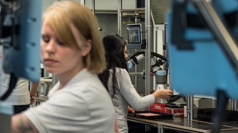 Mitarbeiterinnen von Gigaset bei der Montage des Smartphones GS185