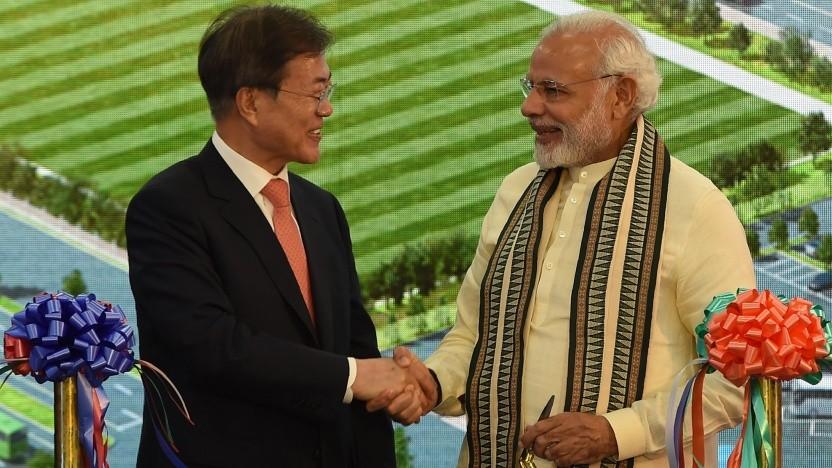 Der indische Ministerpräsident Narendra Modi und Südkoreas Präsident Moon Jae In bei der Eröffnung der Samsung-Fabrik