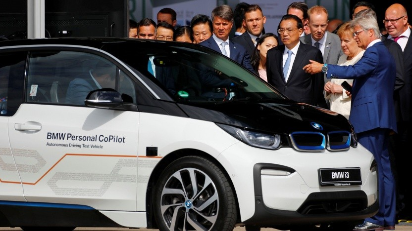 Bundeskanzlerin Angela Merkel (3.v.r.) lässt sich von BMW-Chef Harald Krüger einen automatisierten i3 zeigen.