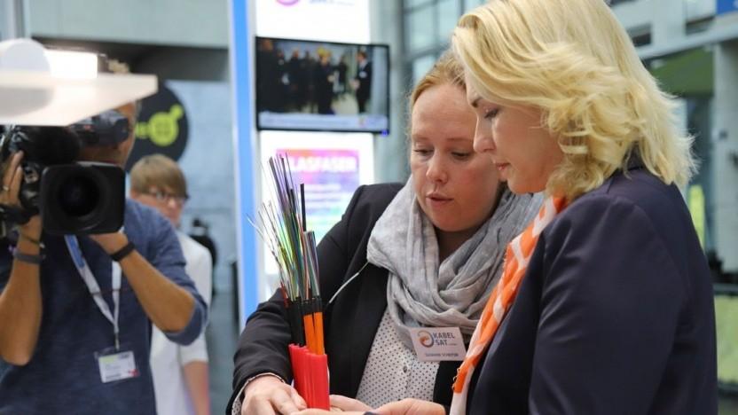 Manuela Schwesig, Ministerpräsidentin des Landes, am Cebit-Stand von Kabel + Sat Bergen