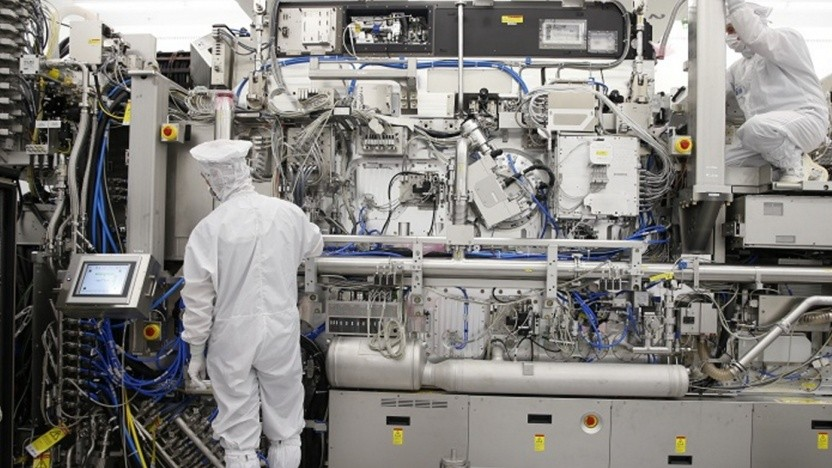 Techniker arbeiten an einem EUV-System