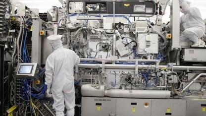 Techniker arbeiten an einem EUV-System.