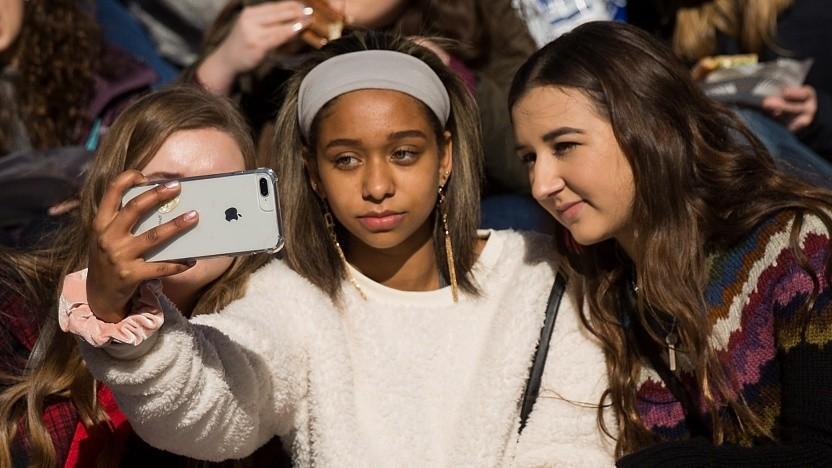 Mutmaßlich jugendliche Nutzer nehmen in New York ein Selfie für Instagram auf.