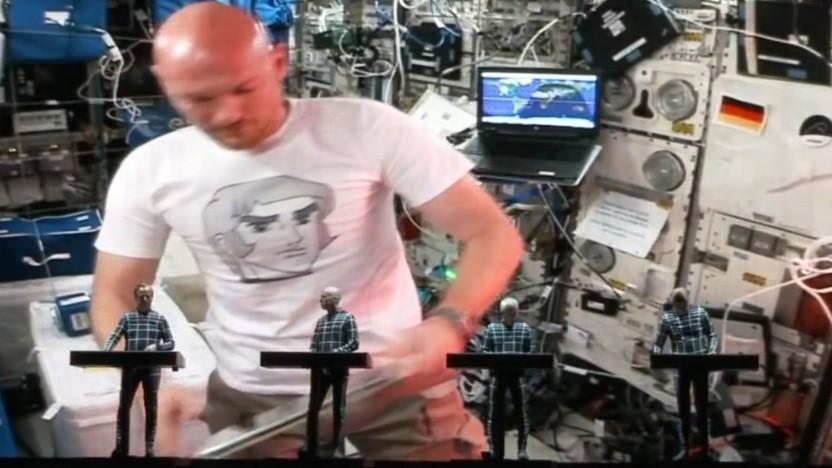 """Kraftwerk mit Alexander Gerst von der ISS: """"die komplexeste und wertvollste Maschine, die die Menschheit jemals gebaut hat"""""""