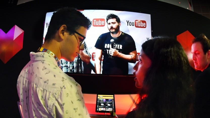 Streamer auf einer Messe am Stand von Youtube Gaming
