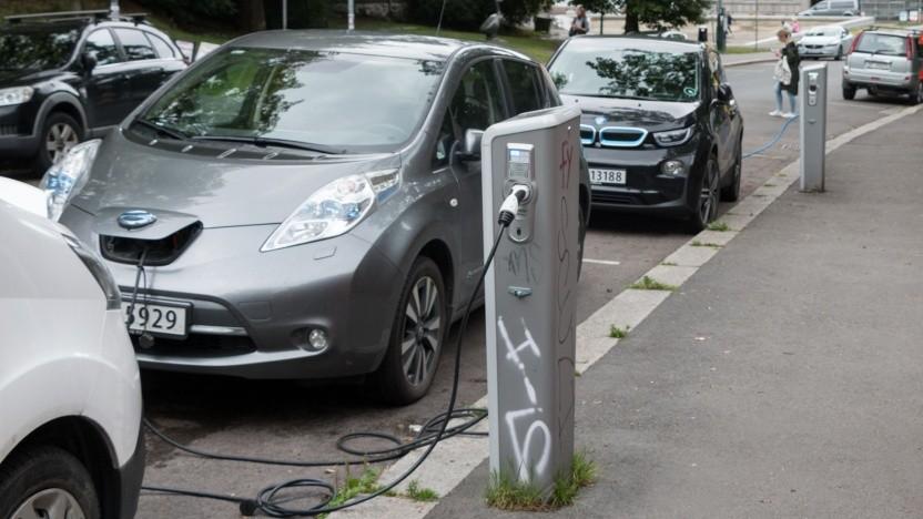 """Elektroautos an der Ladesäule (Symbolbild): """"Die Umsetzung des Eichrechts im Bereich Elektromobilität ist sehr komplex."""""""