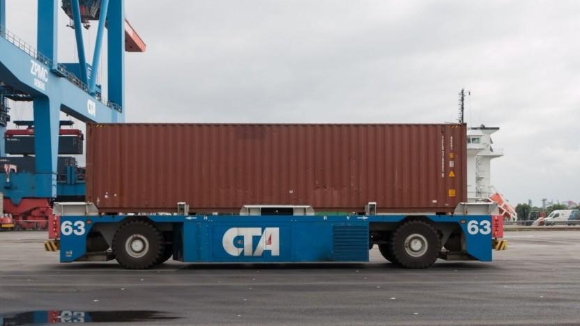 Automatisiert fahrender Containertransporter auf dem CTA: Geladen wird mit Ökostrom.