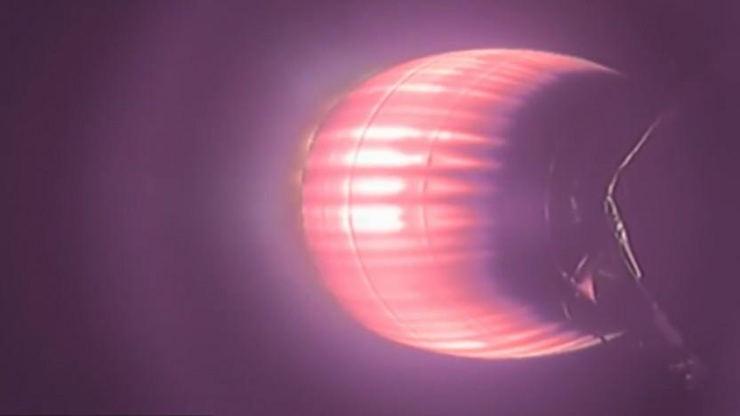 Beim Flug der Oberstufe glüht die Raketendüse durch die Hitze des verbrannten Treibstoffs.