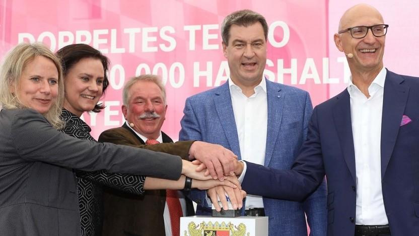 v. r. n. l. Telekom-Chef Tim Höttges, Ministerpräsident von Bayern Markus Söder, Bürgermeister von Inning am Ammersee Walter Bleimaier, Landrätin Ute Eiling-Hütig und Vorstandsbeauftrage für Breitbandausbau bei der Telekom Vesta von Bossel.