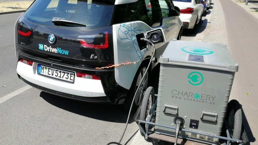 Elektroauto mit mobiler Ladestation in Berlin