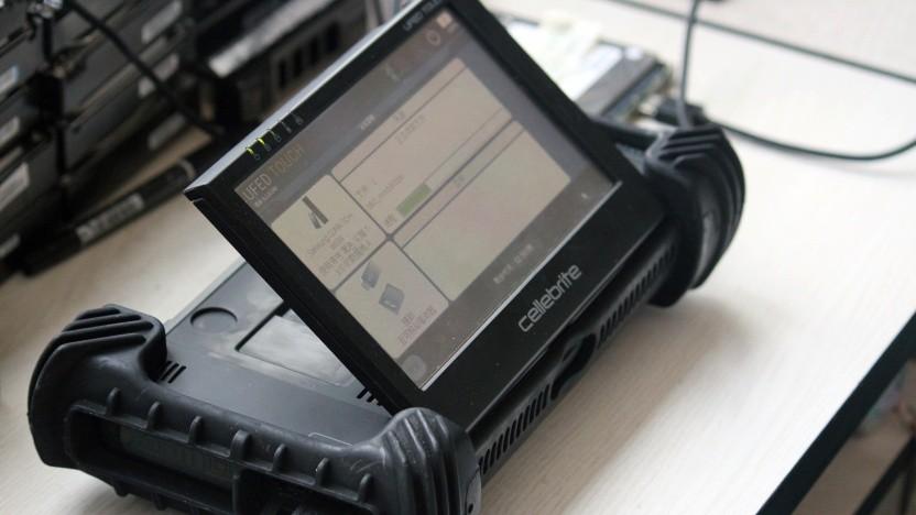 Das UFED-Tablet von Cellebrite liest ein Samsung-Smartphone aus.
