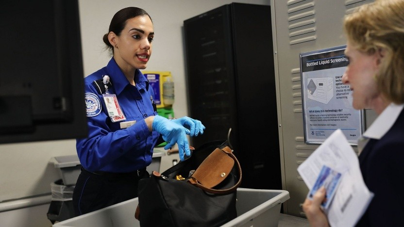 Sicherheitskontrolle am Flughafen (Symbolbild): Formen von Gegenständen und Volumen von Flüssigkeiten erkannt