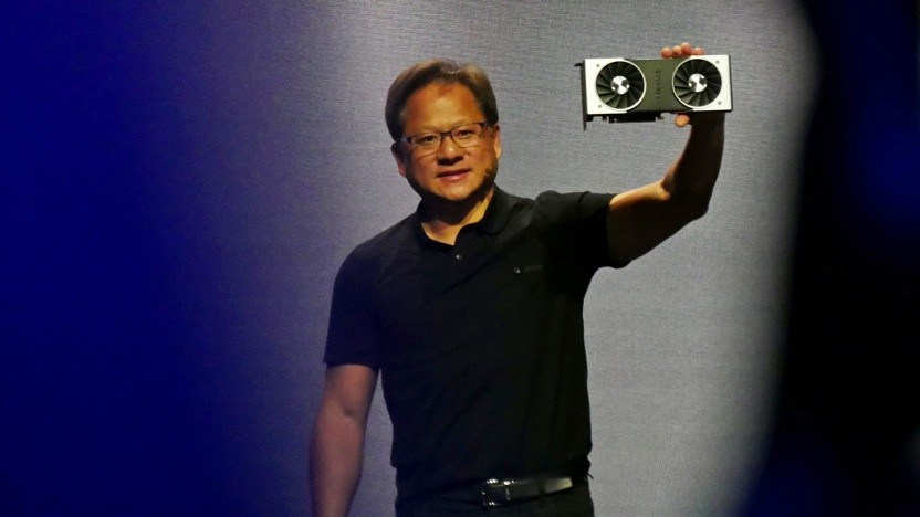 Nvidia-CEO Jensen Huang zeigt die Geforce RTX 2080 Ti.