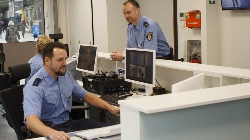 Schon Extrabreit wussten 1981: Polizisten speichern, was sie wissen, elektronisch ein.
