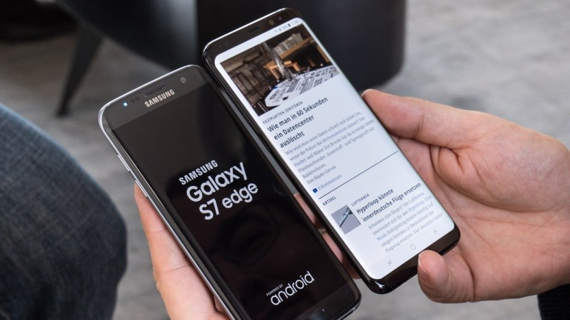 Forscher habem in Samsung Galaxy S8+ (r.) einen Fehler entdeckt, der im Vorgängermodell bereits behoben worden ist.
