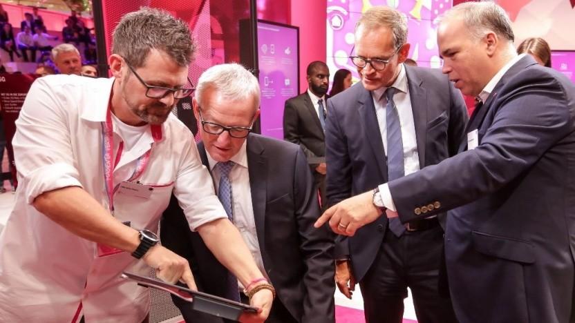 Deutschland-Chef Dirk Wössner (r.) zeigt Berlins regierendem Bürgermeister Michael Müller und Staatssekretär Guido Beermann den Messestand auf der Ifa 2018.
