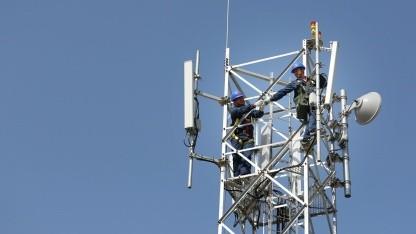 Huawei-Techniker an einer Mobilfunkantenne