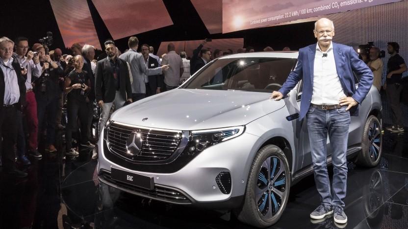 Daimler-Chef Dieter Zetzsche präsentiert den neuen EQC in Stockholm.