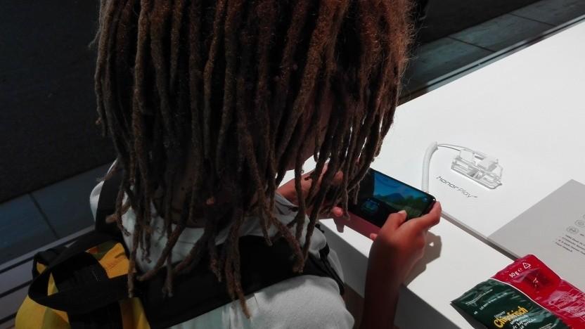 Kind probiert auf der Ifa 2018 das Honor Play von Huawei aus.