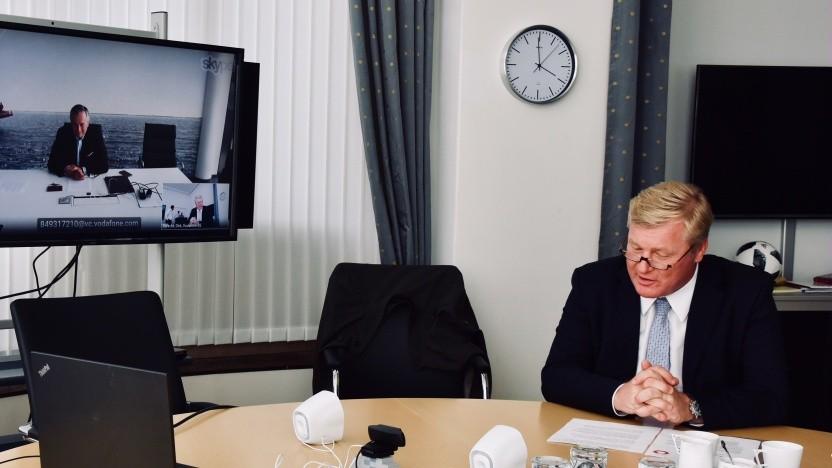 Niedersachsens Wirtschaftsminister Bernd Althusmann (CDU) im Videochat mit dem Vodafone-Chef