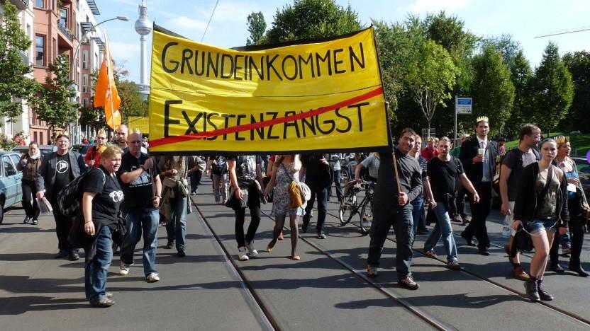Demonstration für das bedingungslose Grundeinkommen in Berlin: gewaltige Monopolisten mit unglaublicher Macht