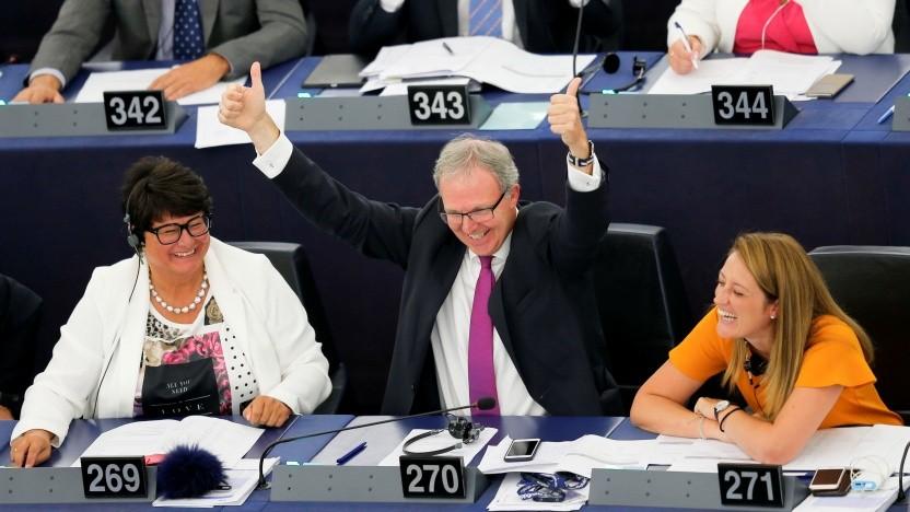 Verhandlungsführer Axel Voss (CDU) freut sich über den Abstimmungserfolg.