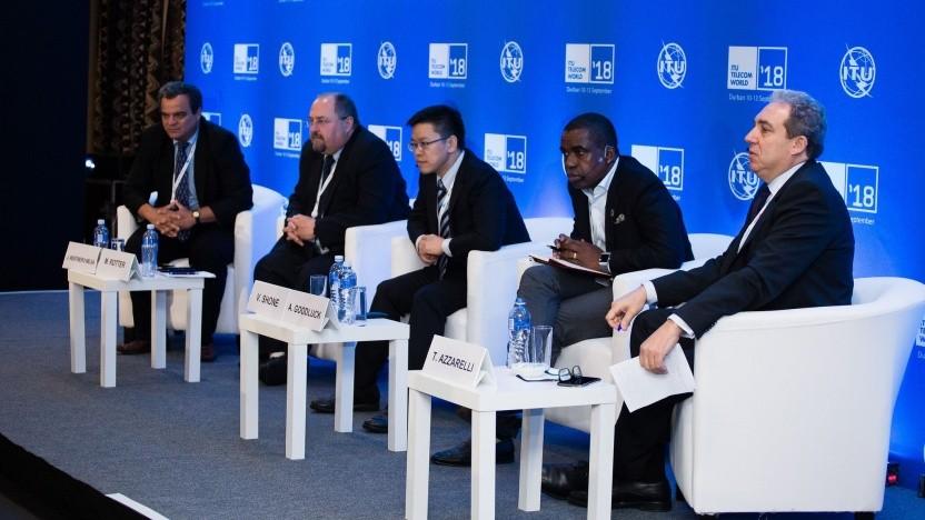 """Das Panel """"Wireless technologies for Africa: the opportunity ahead"""" auf der ITU Telecom World in Durban - Akinwale Goodluck (zweiter von rechts)"""