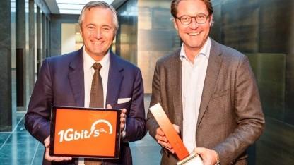 Vodafone-Chef Hannes Ametsreiter überreicht Bundesverkehrsminister Andreas Scheuer einen Gigabit-Router.
