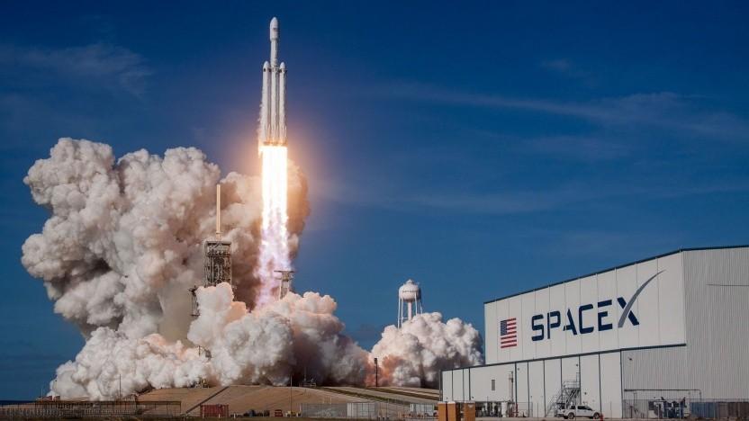 Start der Trägerrakete Falcon Heavy (am 6. Februar 2018); kein Flug zum Mond in diesem Jahr