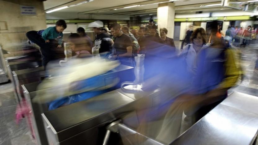 Fahrgäste passieren eine Schranke in einem U-Bahnhof (Symbolbild)