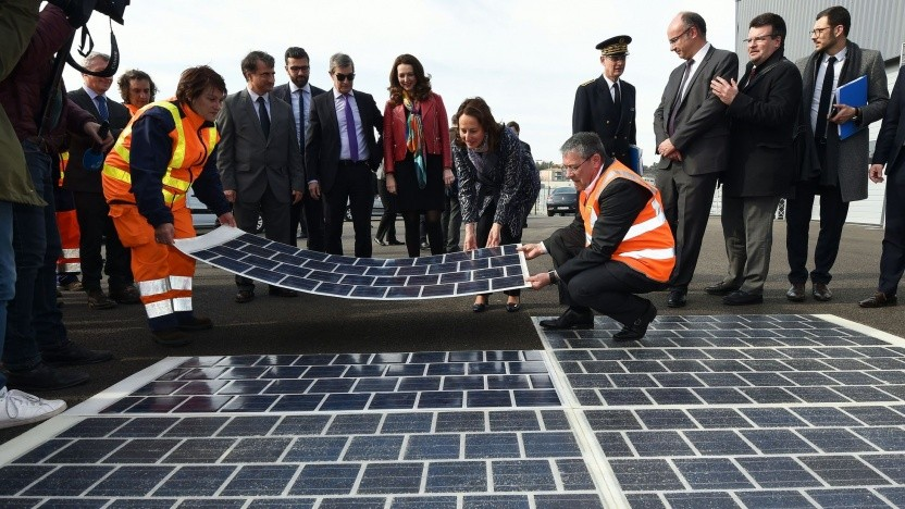Ségolène Royal beim Bau der Solarstraße in der Normandie: keine gute Ausrichtung zur Sonne