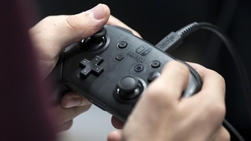 Spieler mit dem Pro Controller der Nintendo Switch