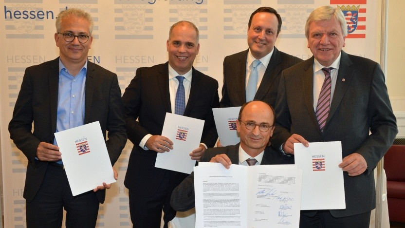 (von links stehend): Wirtschaftsminister Tarek Al-Wazir, Dirk Wössner (Chef der Telekom Deutschland), Markus Haas (CEO Telefónica Deutschland), Ministerpräsident Volker Bouffier und (vorn) Christoph Clément (Mitglied Vodafone-Geschäftsleitung)