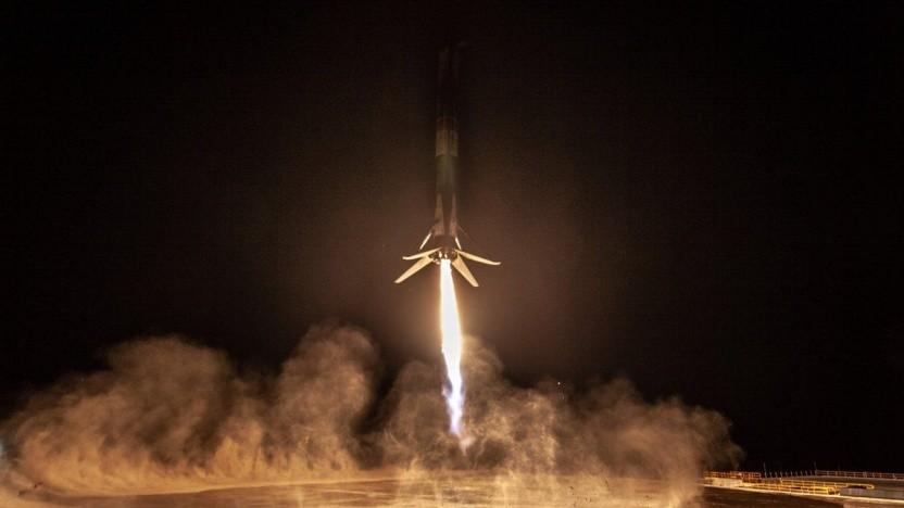 Die erste Stufe der Falcon 9 unmittelbar vor dem Aufsetzen: Starts von Vandenberg aus seit 2013