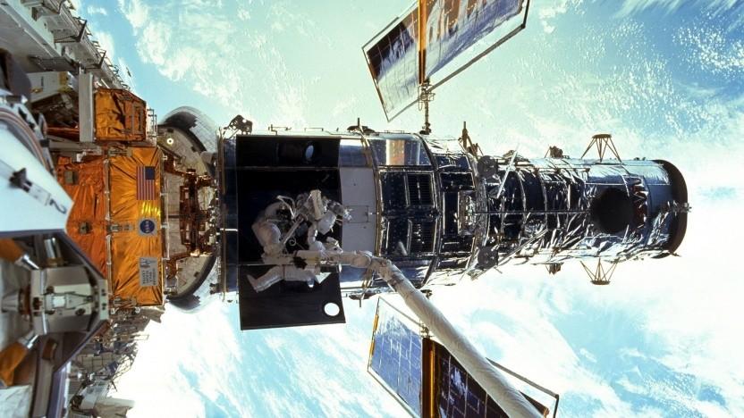 Zwei Astronauten wechseln die Gyroskope an Hubble aus.