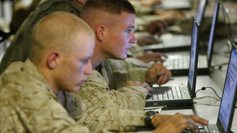 Soldaten, die auf Bildschirme starren