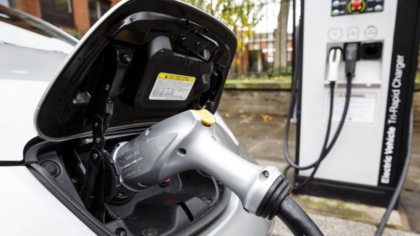 Elektroauto an einer Ladesäule (Symbolbild): Der Akku macht ein Drittel der Wertschöpfung des Elektroautos aus.