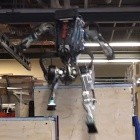 Boston Dynamics: Humanoider Roboter Atlas kann Parkour