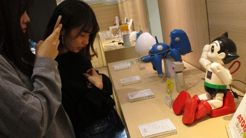 """Kundinnen in der Roboterabteilung des Kaufhauses Takashimaya: """"Sugoi!"""""""