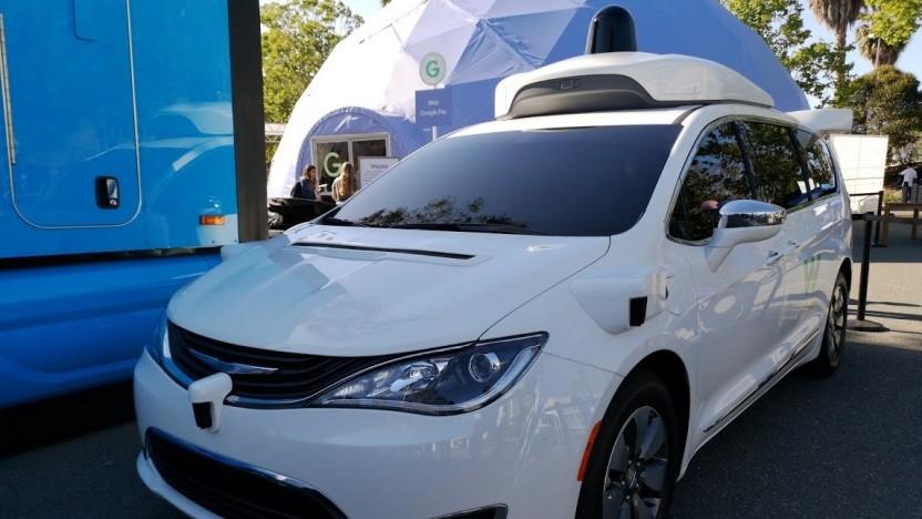 Ein selbstfahrendes Auto von Waymo auf Basis eines Chrysler Minivans