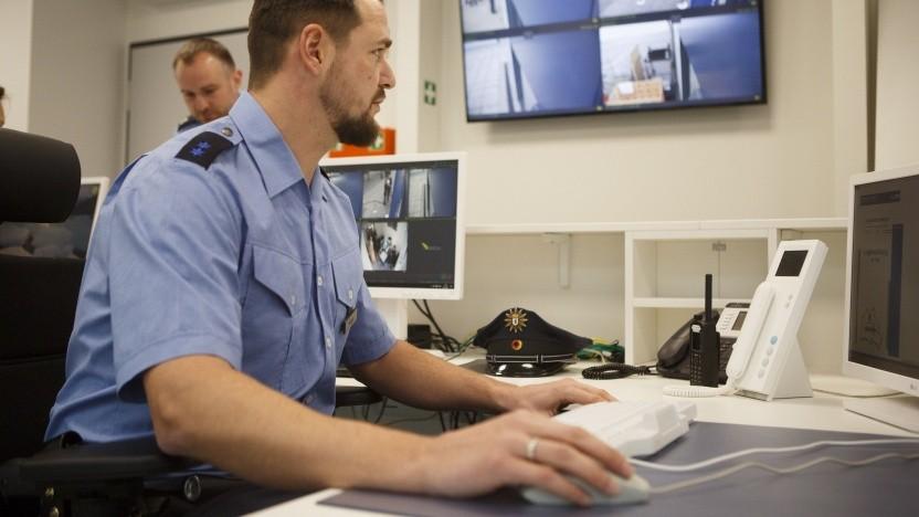 Polizist am Computer in der Polizeiwache am Berliner Alexanderplatz