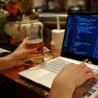 IT: Frauen, die programmieren und Bier trinken