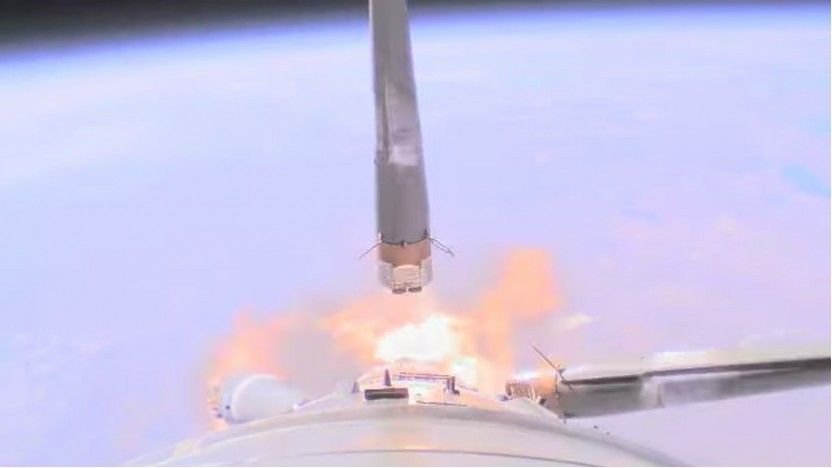 Der Booster (auf der linken Seite) bei der fatalen Kollision mit der Rakete