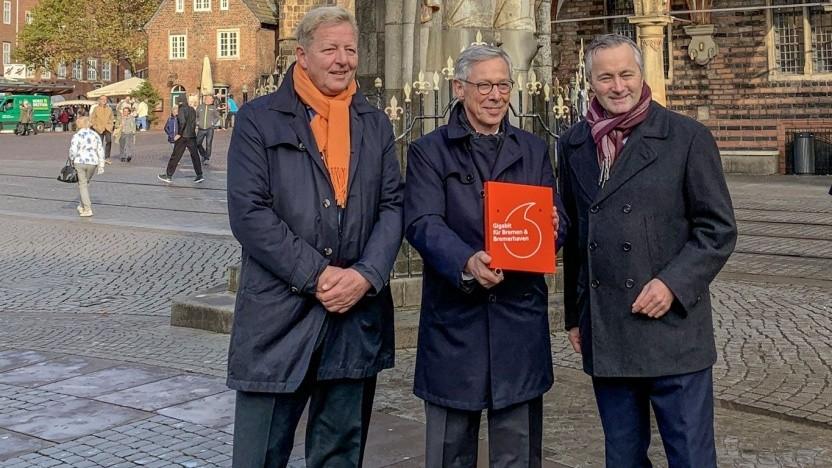 (v. l. n. r.) Bürgermeister Carsten Sieling, Peter Stubbe (GEWOBA) und Vodafone-Deutschland-Chef Hannes Ametsreiter vor dem Rathaus in Bremen