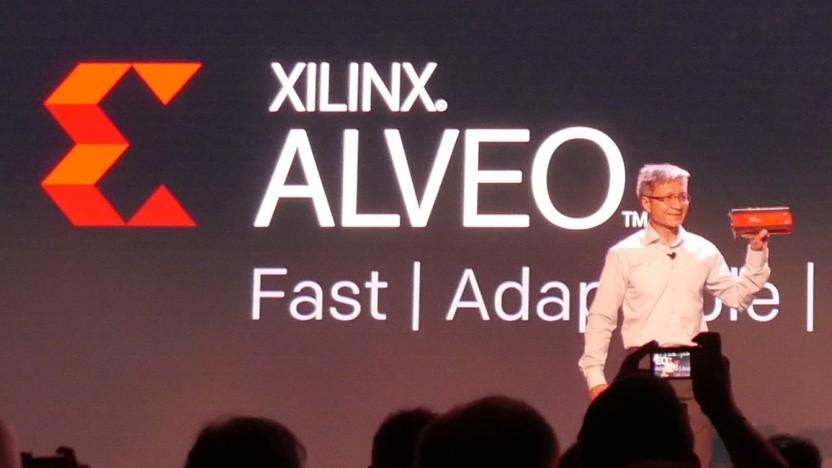 Xilinx-CEO Victor Peng zeigt eine Alveo-Karte.