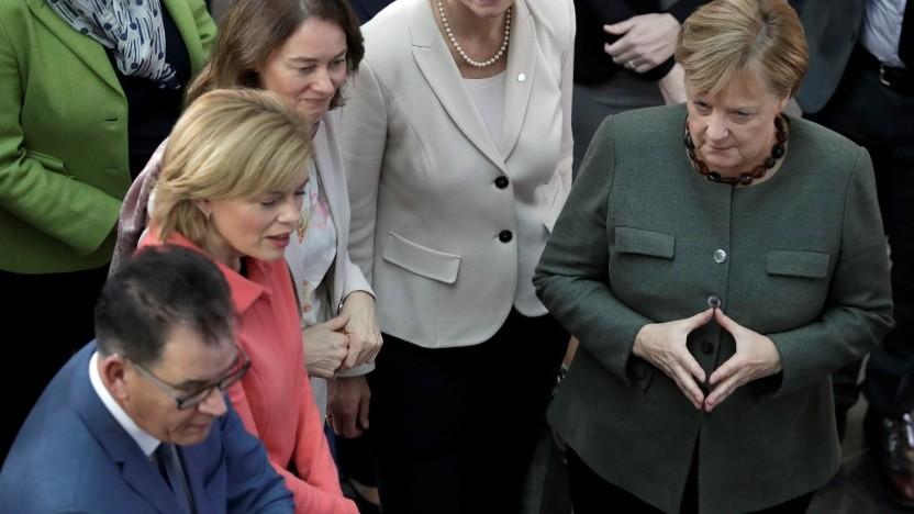 Bundeskanzlerin Angela Merkel (r.) bei der Digitalklausur ihres Kabinetts in Potsdam