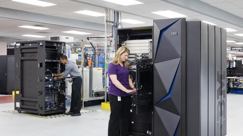 Mitarbeiter konfigurieren z14-Mainframes.