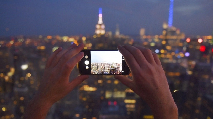 Reisender mit Smartphone in New York