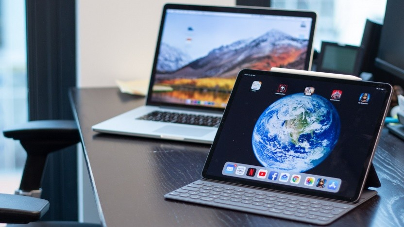 Das iPad Pro 12,9, dahinter ein Macbook Pro
